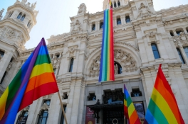 21789_madrid-town-hall-flies-lgbt-pride-flag-for-the-first-time_1_large